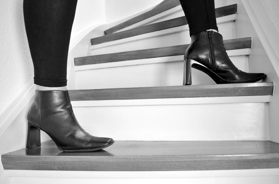 dámske čižmy, nohy, schody