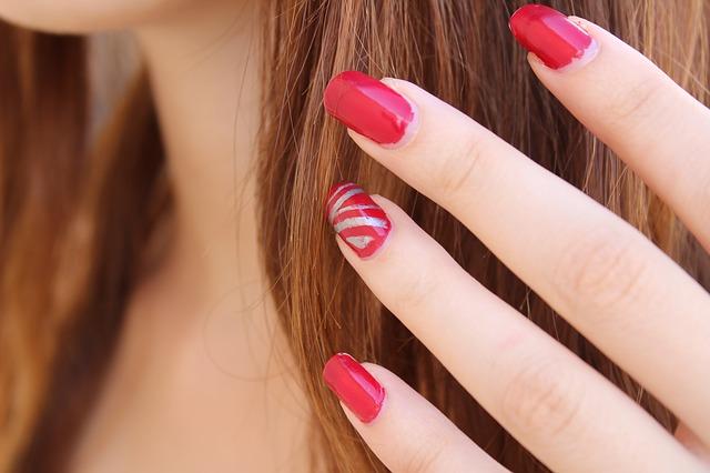 červené nehtíky