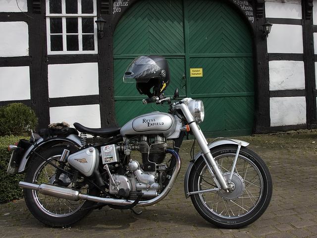 Motorka s prilbou.jpg