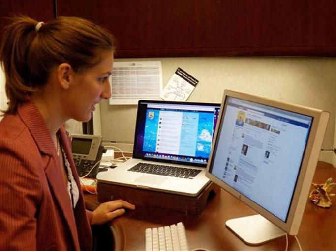 Žena v kancelárii pracuje na počítači