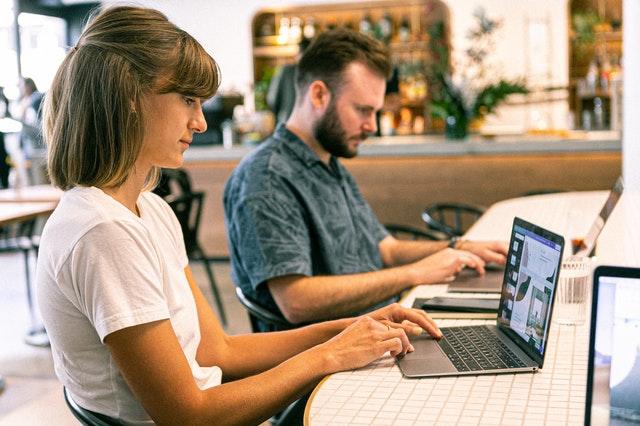 Muž a žena pracujú v kancelárii