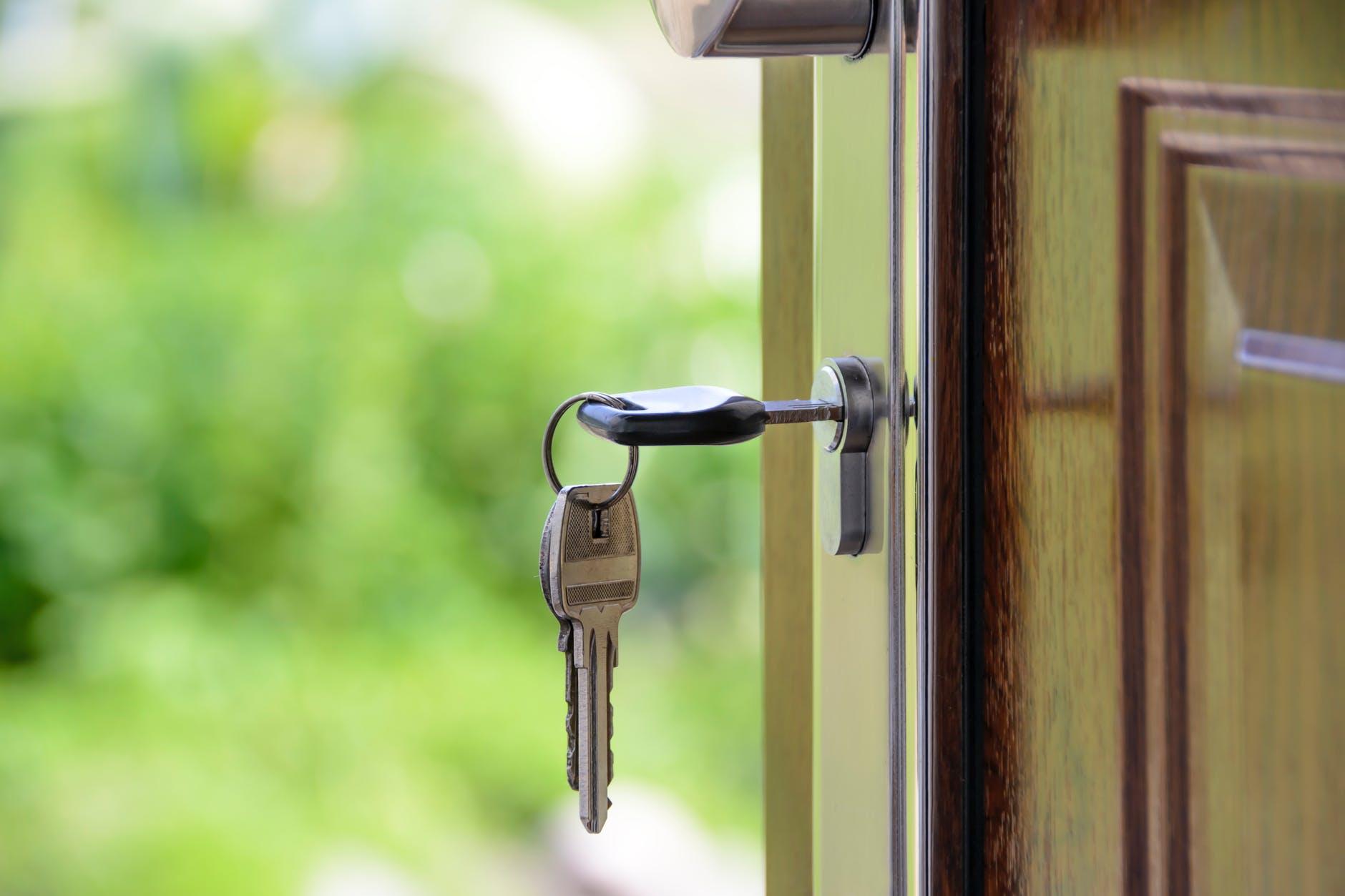 kľúče v dverách